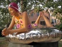 Zweijährige ausgezeichnete Skulpturfrau Venedigs 2017 - Frau mit schönem Ausdruck des Badeanzugs auf seinem Gesicht Giardini Vene Lizenzfreie Stockfotos