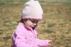 Zweijähriges altes Mädchen draußen Lizenzfreies Stockbild