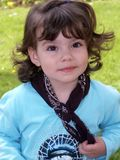 Zweijähriges Kind, das glücklich schaut Lizenzfreie Stockfotografie