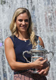 Zweimal Grand Slam-Meister Angelique Kerber von Deutschland aufwerfend mit US Open-Trophäe nach ihrem Sieg an US Open 2016 Lizenzfreie Stockfotografie