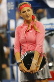Zweimal Grand Slam-Meister und US Open-Finalist 2013 Victoria Azarenka während der Trophäendarstellung Lizenzfreie Stockfotografie
