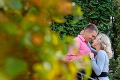 Zweipersonenstillstehen im Park Liebe Lizenzfreie Stockfotografie