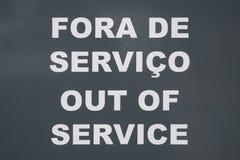 Zweisprachige außer Dienst/Foren de Servico unterzeichnen in der portugiesischen Sprache und englisch lizenzfreie stockfotografie