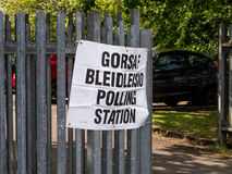 Zweisprachiger Wahllokal Signage Lizenzfreie Stockbilder