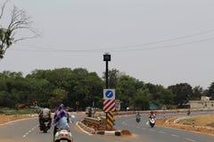 Zweispurige Landstraße mit Verkehrszeichen in der Mitte Lizenzfreies Stockfoto
