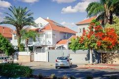 Zweistöckige Familienhäuser mit eingezäunten Yards und weißen Wänden Lizenzfreie Stockbilder