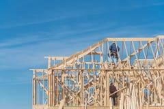Zweistöckiger Stock der Nahaufnahme errichtete nach Hause mit Bauunternehmerauto stockfoto