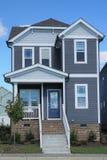 Zweistöckiges, graues, Vorstadthaus in einer Nachbarschaft im North Carolina stockfotos