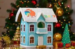Zweistöckiges Haus des Lebkuchens mit dem Balkon selbst gemacht, cristmas Baum und bokeh Stockfotos
