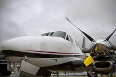 Zweistrahliges Flugzeug Beechcraft mit stürmischem Himmel Stockbild