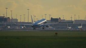 Zweistrahliges Flugzeug von KLM-Fluglinien, die in Schiphol landen stock footage