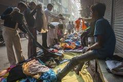 Zweite Hand kleidet Verkauf in Delhi, Indien Lizenzfreie Stockbilder