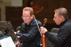 Zweite Violinen der Ensemble Moskau-Solisten auf der Wiederholung lizenzfreie stockfotos