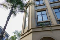 Zweiter Stock des Europäisch-ähnlichen Gebäudes am sonnigen Nachmittag Stockfoto