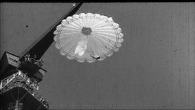 Zweiter Weltkrieg / Horthy-Ära Ungar Levente-Fallschirmdemonstration stock video