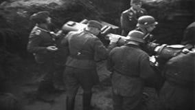 Zweiter Weltkrieg / WW2 deutsche Armee, Luftangriff deffend eith flack Gewehr stock footage