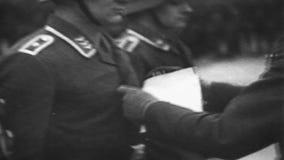 Zweiter Weltkrieg / WW2 deutsche Armee, deutsche Offizierpreiszeremonie stock video