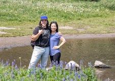 Zweiundzwanzig Jährige Amerasian-Mann und seine Mutter, die einen Bruch von einer Wanderung im Berg Rainier National Park, Washin stockfotografie