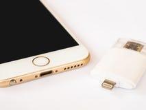 Zweiwegexterner speicher und Apple-iPhone Lizenzfreie Stockfotografie