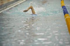 Zwem het hoofd bieden de concurrentie stock afbeeldingen