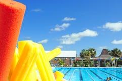 Zwem lessen bij pool Royalty-vrije Stock Fotografie