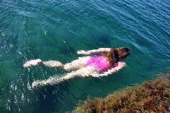 Zwem onder water stock foto