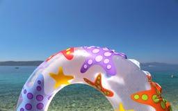 Zwem ring en mooie blauwe overzees en hemel Royalty-vrije Stock Foto's