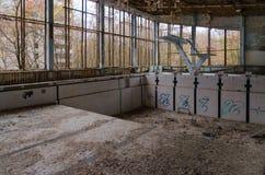 Zwembad Azuurblauw in volkomen verlaten spookstad van Pripyat in uitsluitingsstreek van NPP van Tchernobyl, de Oekraïne stock fotografie