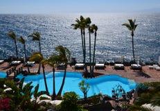 Zwembad bij de oceaan Royalty-vrije Stock Fotografie