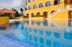 Zwembad bij de toevlucht in Portugal Stock Afbeeldingen