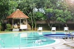 Zwembad bij een Vakantietoevlucht Royalty-vrije Stock Foto