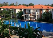 Zwembad bij het hotel. Royalty-vrije Stock Afbeelding