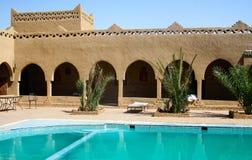 Zwembad bij het Hotel van Marokko stock foto's