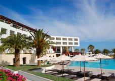 Zwembad bij het moderne luxehotel Stock Foto