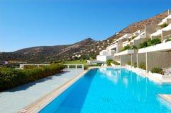 Zwembad bij het moderne luxehotel Royalty-vrije Stock Foto's