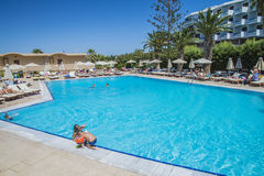 Zwembad bij het strand van de hotelzon Royalty-vrije Stock Foto