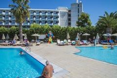 Zwembad bij het strand van de hotelzon Royalty-vrije Stock Afbeeldingen