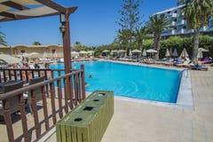 Zwembad bij het strand van de hotelzon Royalty-vrije Stock Fotografie