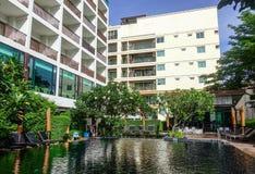 Zwembad bij hotel in Pattaya, Thailand Royalty-vrije Stock Afbeeldingen