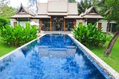 Zwembad bij luxe traditionele villa Stock Fotografie