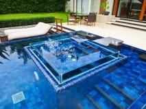 Zwembad bij luxe traditionele villa Stock Foto's