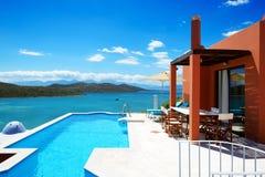 Zwembad bij luxehotel Royalty-vrije Stock Foto's