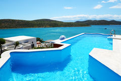 Zwembad bij luxehotel Stock Afbeelding
