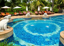 Zwembad bij modern luxehotel Royalty-vrije Stock Afbeelding