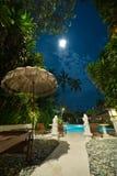Zwembad bij nacht stock afbeeldingen