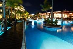 Zwembad bij nacht stock fotografie