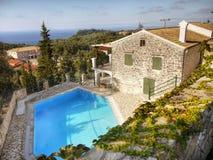 Zwembad bij villa Stock Afbeeldingen