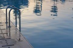 Zwembad bij zonsondergang Stock Afbeelding