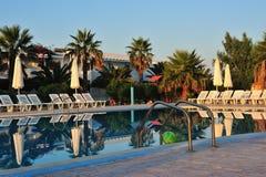 Zwembad bij zonsopgang Stock Foto's