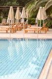 Zwembad bij zonsopgang in Amoudara stock afbeeldingen